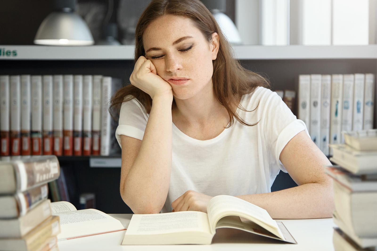 勉強をする看護実習生