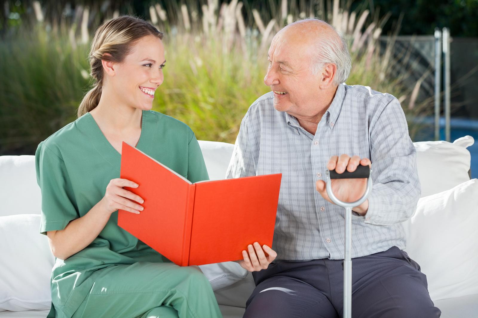 患者さんと話す看護師