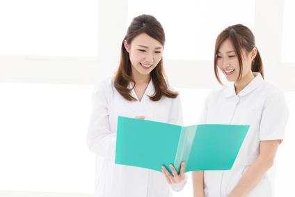 先輩看護師に質問する新人看護師