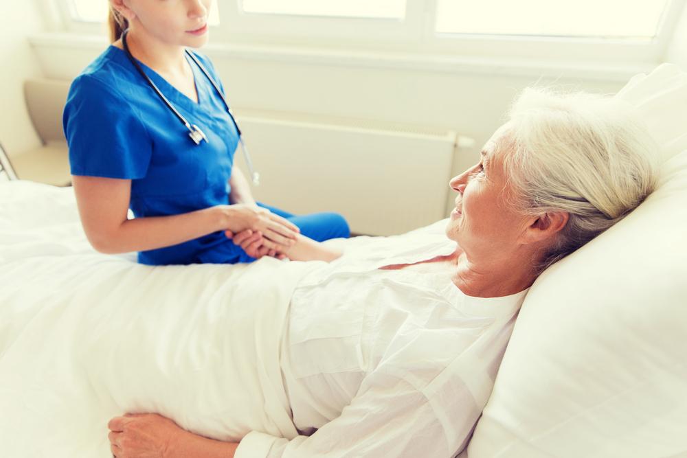 患者さんをケアする看護師